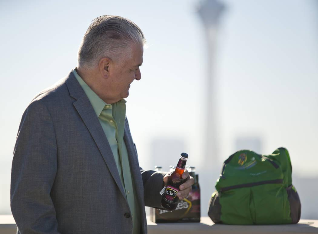 El Comisionado del Condado de Clark Steve Sisolak muestra artículos prohibidos para Nochevieja en la Sede del Departamento de Policía Metropolitana en Las Vegas el miércoles, 27 de diciembre de ...