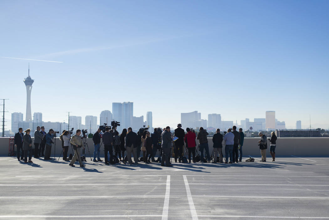 Miembros de los medios de comunicación se reúnen en la sede del Departamento de Policía Metropolitana en Las Vegas el miércoles 27 de diciembre de 2017 para una conferencia de prensa sobre seg ...
