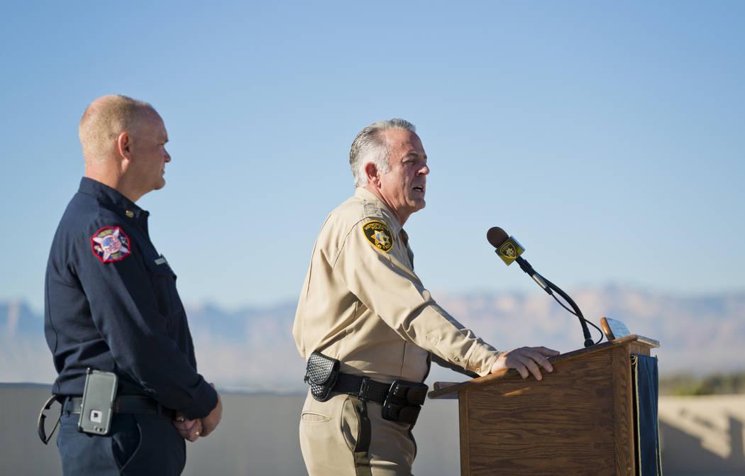 El alguacil del condado de Clark, Joe Lombardo, y el jefe de bomberos del condado Clark Greg Cassell hablan sobre la seguridad de la víspera de Año Nuevo durante una conferencia de prensa en la  ...