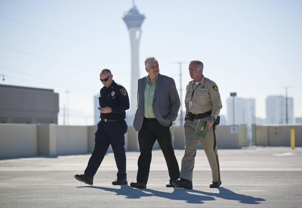 Funcionarios del Condado de Clark, desde la izquierda, el Jefe de Bomberos Greg Cassell, el Comisionado Steve Sisolak y el Sheriff Joe Lombardo se retiran después de una conferencia de prensa sob ...