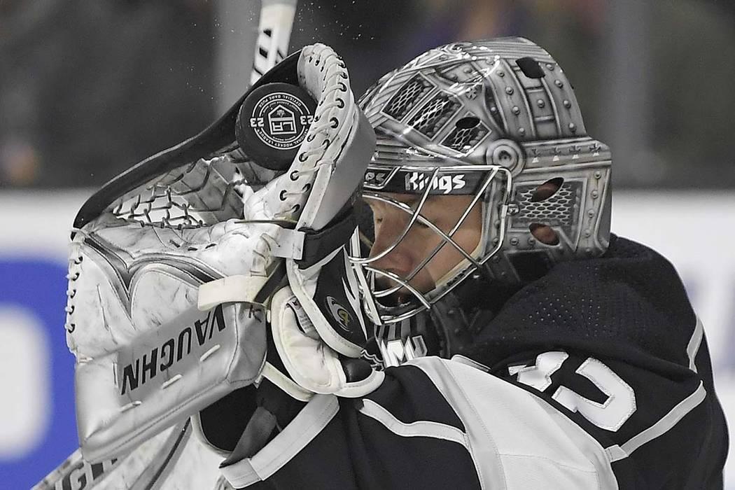 El portero de Los Angeles Kings, Jonathan Quick, hace una salvada con guante durante el primer período de un juego de hockey de la NHL contra los Vegas Golden Knights, el jueves 28 de diciembre d ...