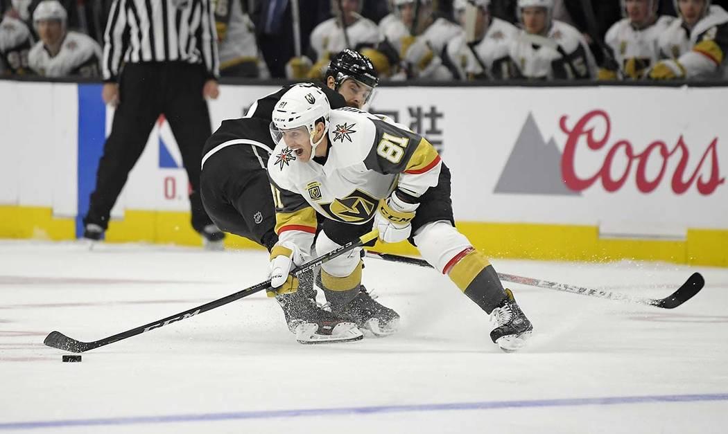 El centro de Vegas Golden Knights Jonathan Marchessault, a la derecha, mueve el disco más allá del defensa de Los Angeles Kings Drew Doughty durante el segundo período de un juego de hockey de  ...