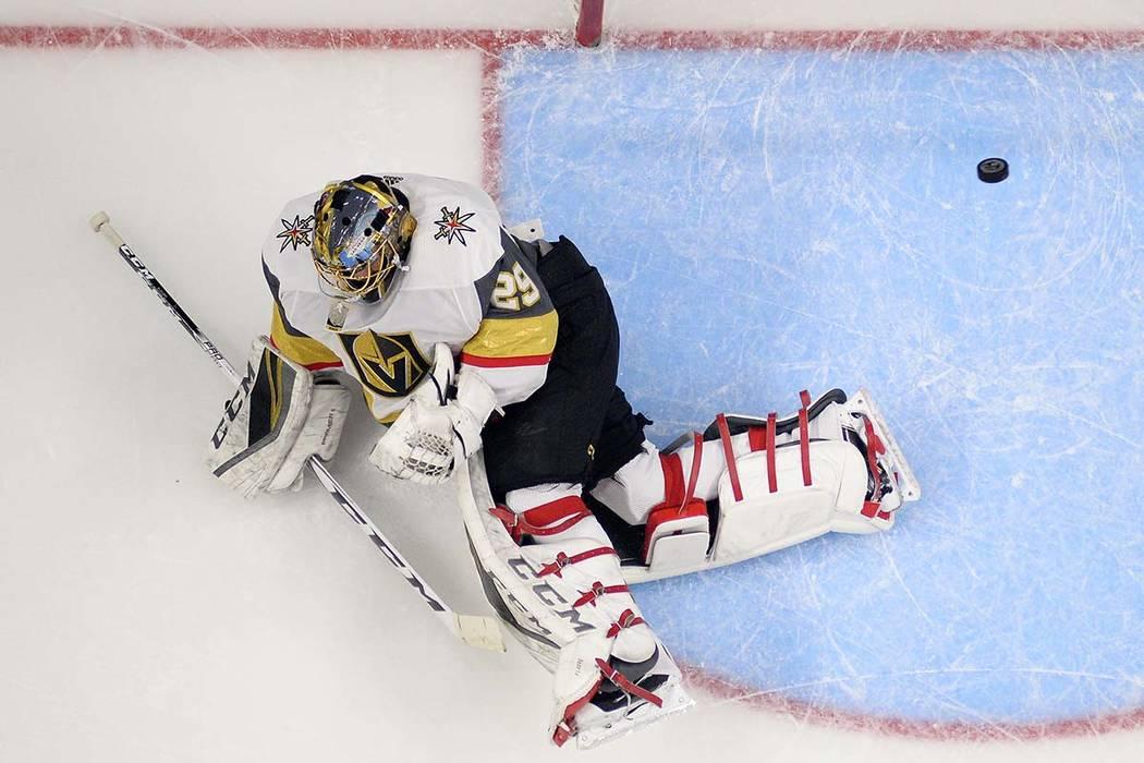 El portero de Vegas Golden Knights Marc-Andre Fleury falla un tiro durante el primer período del juego de hockey de la NHL del equipo contra los Kings de Los Ángeles, el jueves 28 de diciembre d ...