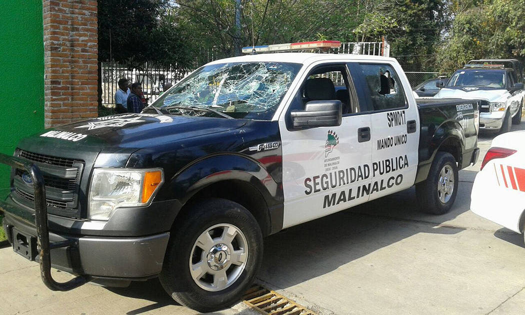 Elementos de la Secretaría de Seguridad del Estado de México (SSEM), rescataron a un sujeto que intentó ser linchado por pobladores, y fue puesto a disposición por el presunto delito de intent ...