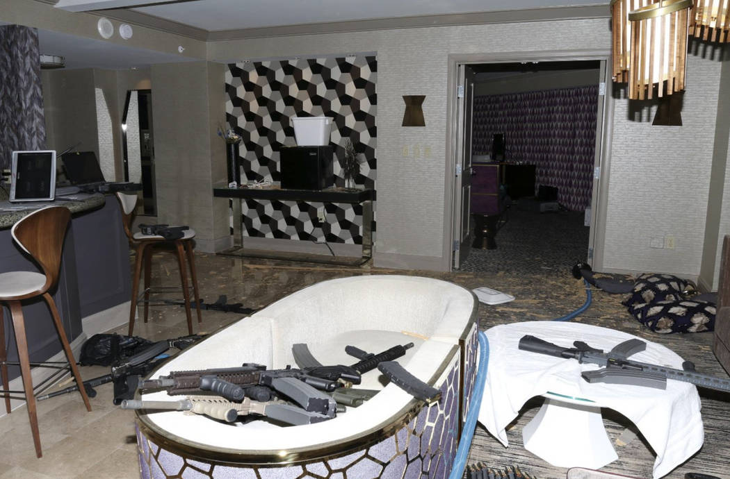 Esta foto de octubre de 2017 publicada en el Reporte del Equipo de Fuerza Investigativa del Departamento de Policía de Las Vegas que muestra el interior del cuarto del piso 32 del hotel Mandalay  ...