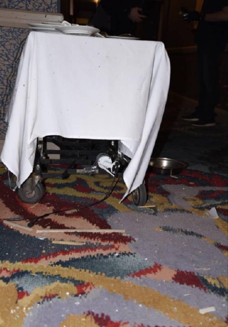 Carro de servicio de alimentos en el pasillo con una cámara en él. LVMPD.