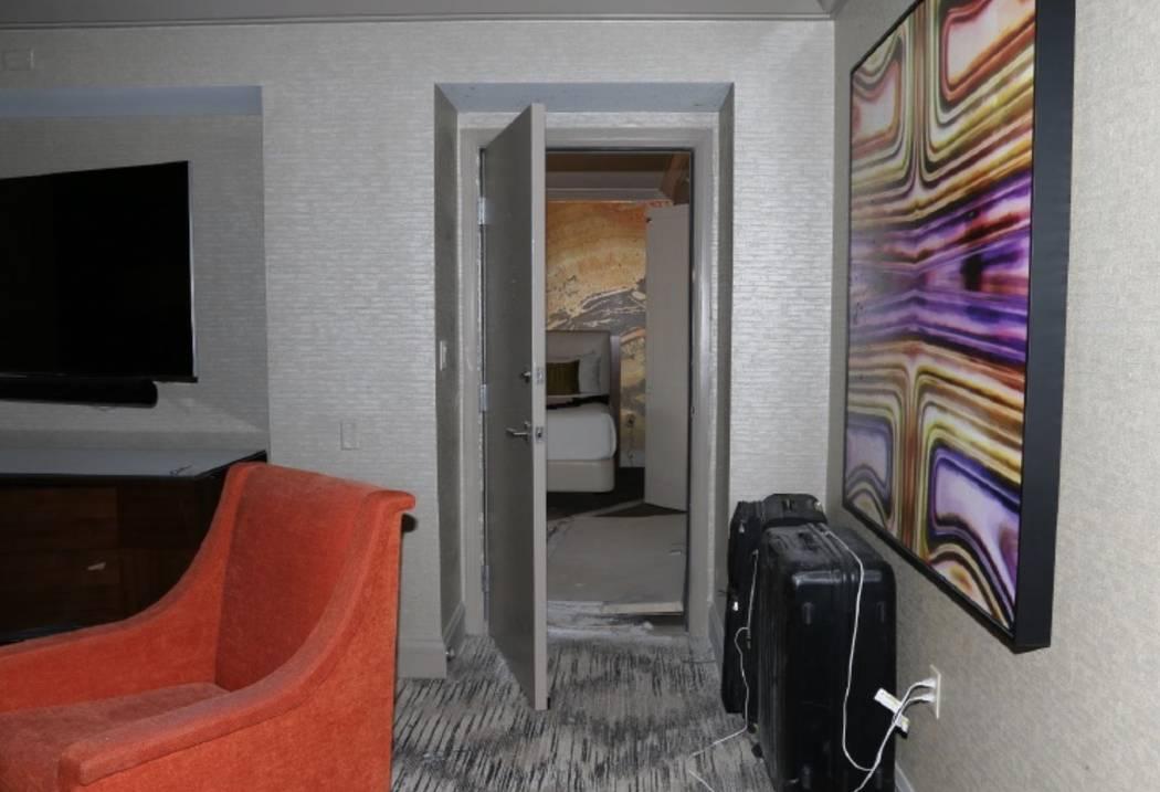 Una vista de las puertas de conexión entre las habitaciones 32-135 y 32-134. LVMPD.