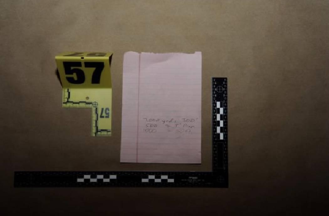 Una nota manuscrita con cálculos de distancia y caída de bala. LVMPD.