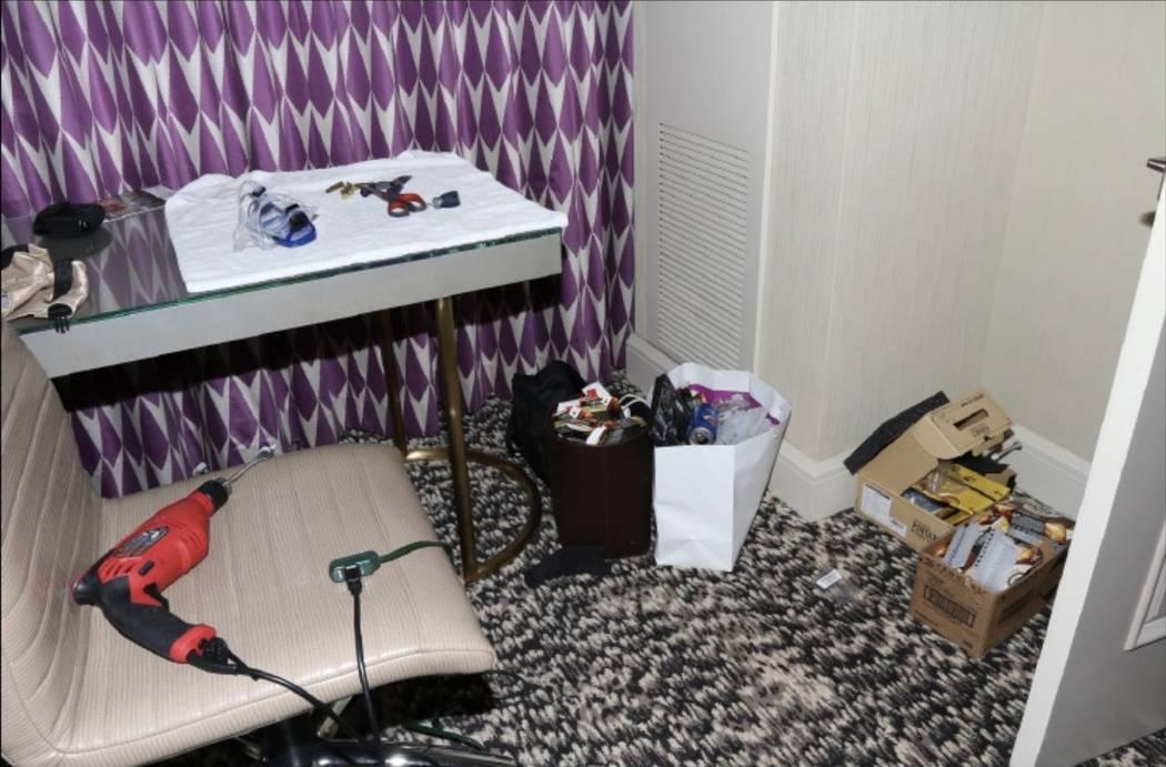 Un escritorio en el dormitorio principal de 32-135 con una máscara de buceo y un taladro manual. LVMPD.