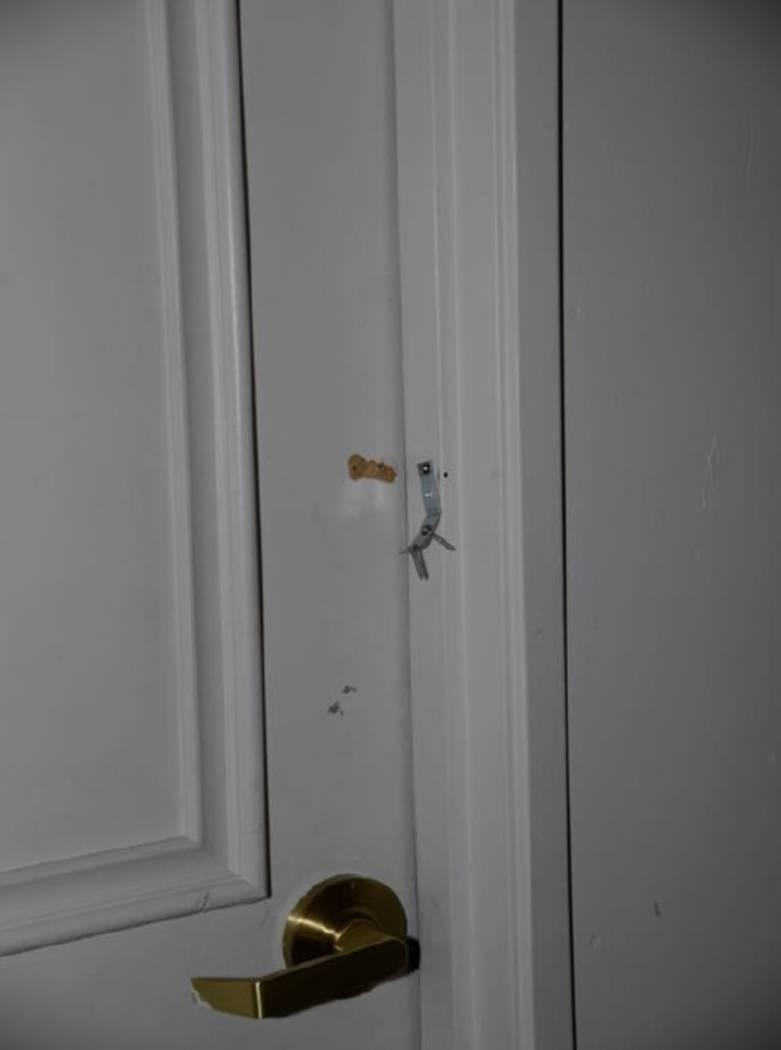 """La puerta que conducía al hueco de la escalera estaba asegurada con un soporte en """"L"""". LVMPD."""