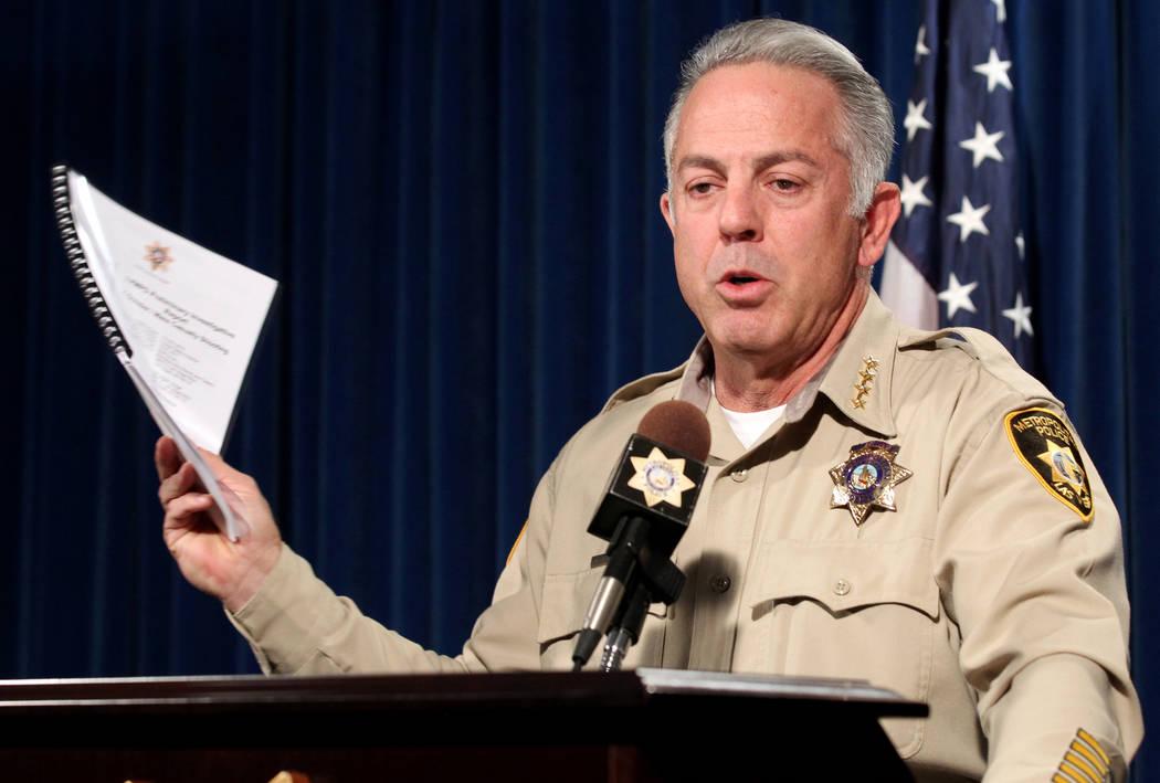 El alguacil del condado de Clark Joe Lombardo muestra un informe preliminar sobre la investigación del tiroteo masivo del 1° de octubre en el Strip durante una conferencia de prensa en la sede d ...