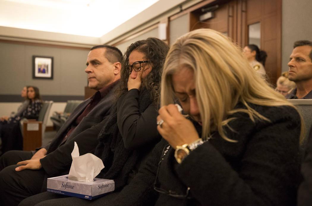 Ken Seal, desde la izquierda, su esposa Gaudia Martinez-Seal y su prima Gema Cripen, familiares de Ignacia y Karla Martinez, reaccionan al veredicto de cadena perpetua de Bryan Clay en el Centro d ...