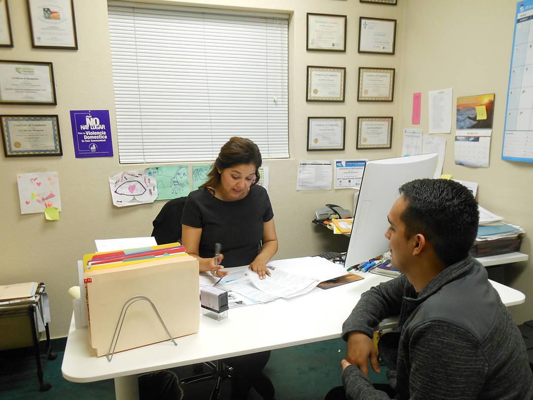 Luz Marina Mosquera trabaja en su oficina de Alianza Comunitaria Trasnacional, el 17 de enero del 2018. Foto Valdemar González / El Tiempo.