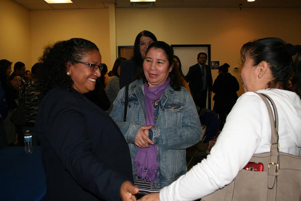 Viceministra Liduvina Magarín platica con sus connacionales en el Consulado de El Salvador en LV, el 11 de enero del 2018. Foto Valdemar González / El Tiempo.