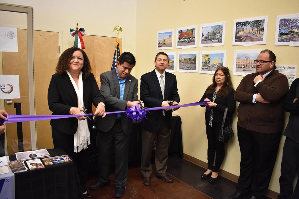 De izquierda a derecha, Estelina Garnett, Isaac Barrón y Alejandro Madrigal cortando el listón inaugural de la Ventanilla de Orientación Educativa. 20 de enero de 2018 en Consulado de México e ...