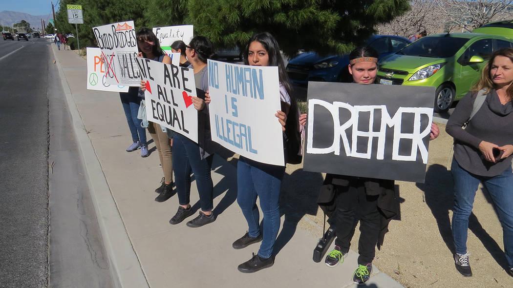 ARCHIVO.- Decenas de estudiantes de la preparatoria Rancho realizaron una manifestación en las inmediaciones de su escuela para pedir la aprobación del proyecto de ley Bridge. Martes 7 de marzo  ...