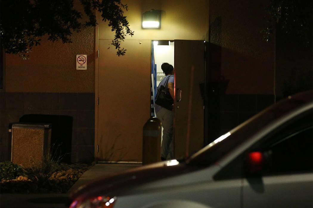 Un miembro del personal en ropa médica ingresa por la parte posterior del Centro de Trauma del Centro Médico Universitario en Charleston Boulevard, en Las Vegas, el domingo 1 de octubre de 2017. ...