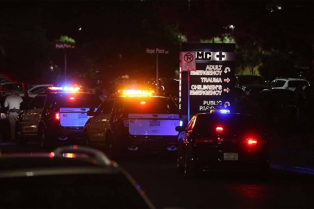 Los oficiales están presentes fuera del Centro de Trauma del Centro Médico Universitario en Charleston Boulevard en Las Vegas, el domingo 1° de octubre de 2017. (Bridget Bennett / Las Vegas Rev ...