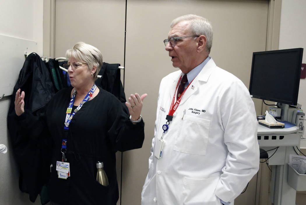 El Dr. John Fildes, cirujano traumatólogo y director de trauma del Centro Médico Universitario, escucha a Toni Mullan, enfermera, hablar durante una entrevista con el Las Vegas Review-Journal en ...