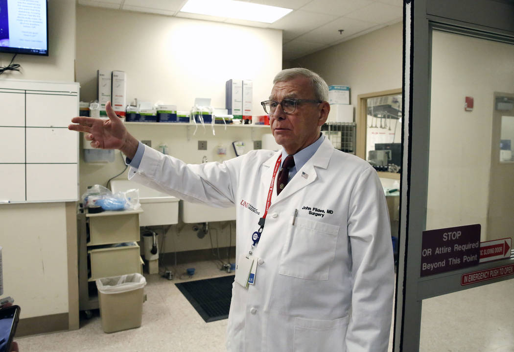 El Dr. John Fildes, cirujano traumatólogo y director de trauma del Centro Médico de la Universidad, habla mientras dirige un recorrido por el Centro de Trauma de UMC el jueves 18 de enero de 201 ...