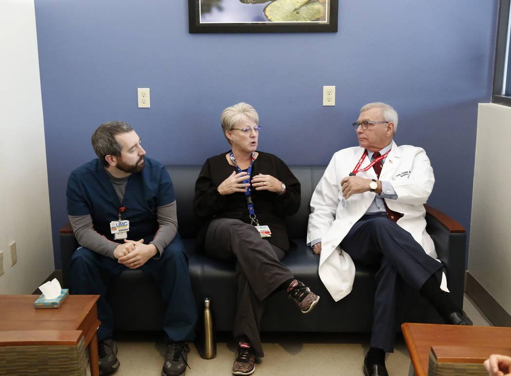Toni Mullan, una enfermera, al centro, habla, mientras Joseph Bruno, enfermero registrado en UMC Trauma Center, a la izquierda, y el Dr. John Fildes, cirujano traumatólogo y director de trauma de ...