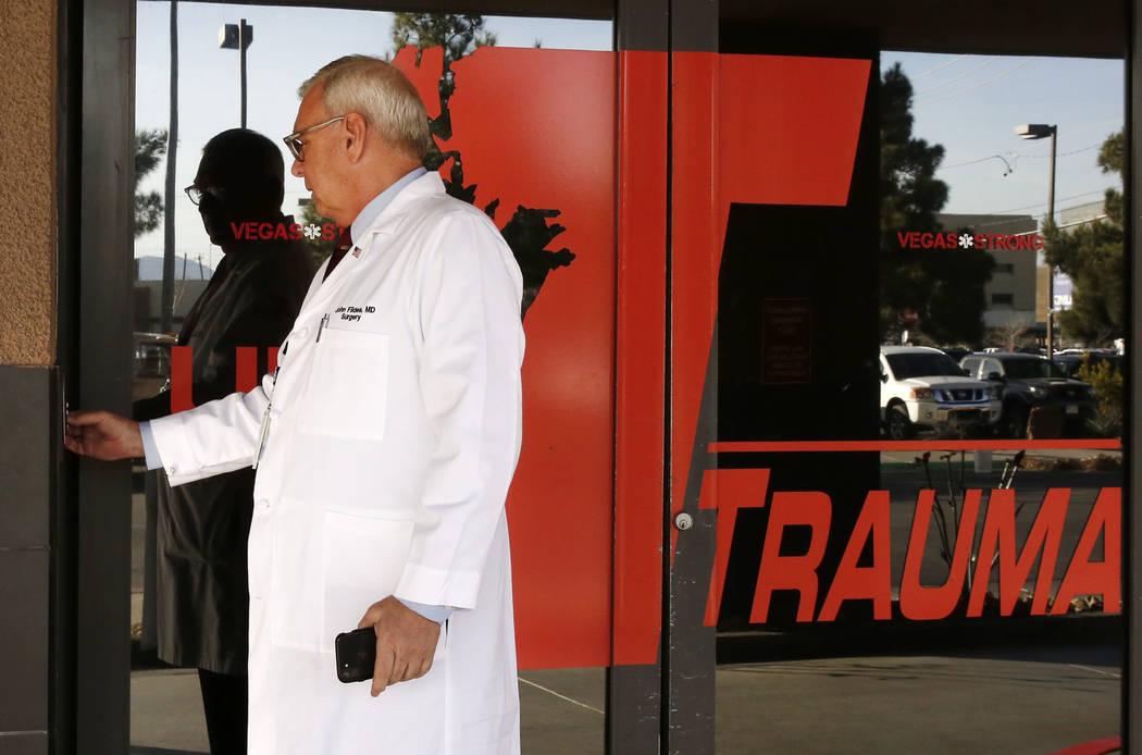 El Dr. John Fildes, cirujano traumatólogo y director de trauma del Centro Médico de la Universidad, abre la puerta mientras dirige un recorrido por el Centro de Trauma de UMC el jueves 18 de ene ...
