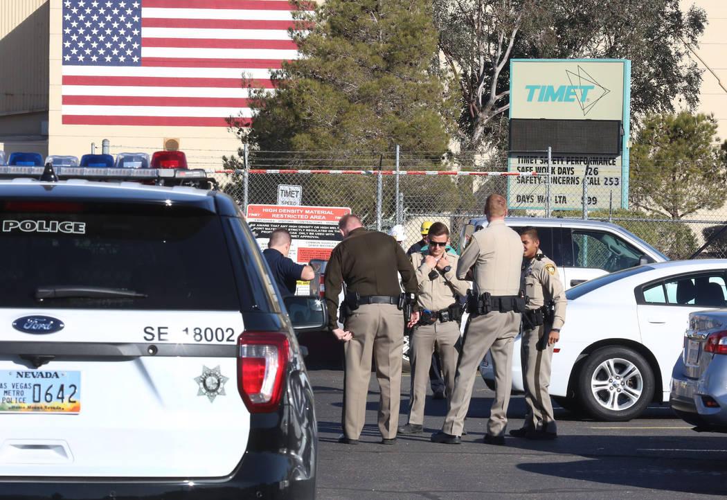 La policía de Henderson y los bomberos del condado de Clark se reúnen afuera de la planta TIMET después de una explosión que involucró magnesio utilizado en el proceso de fabricación en la p ...