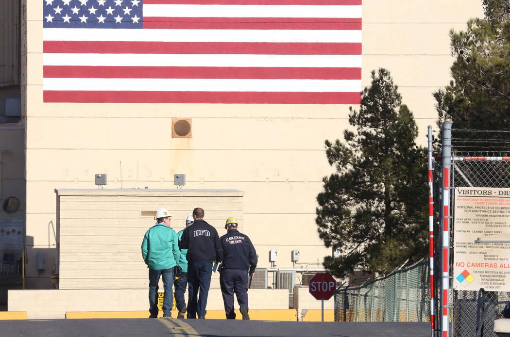 Investigadores de Clark County Fire, Henderson Fire y trabajadores de la planta TIMET llegan a la escena de una explosión con magnesio utilizado en el proceso de fabricación en la planta el mié ...