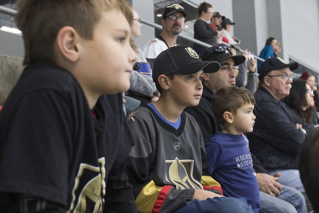 Mason Leoncavallo, de 9 años, observa a los Golden Knights de Vegas practicar junto a sus hermanos Trevor Leoncavallo, de 11 años, y Logan Leoncavallo, de 6, y su padre, Victor Leoncavallo, en e ...
