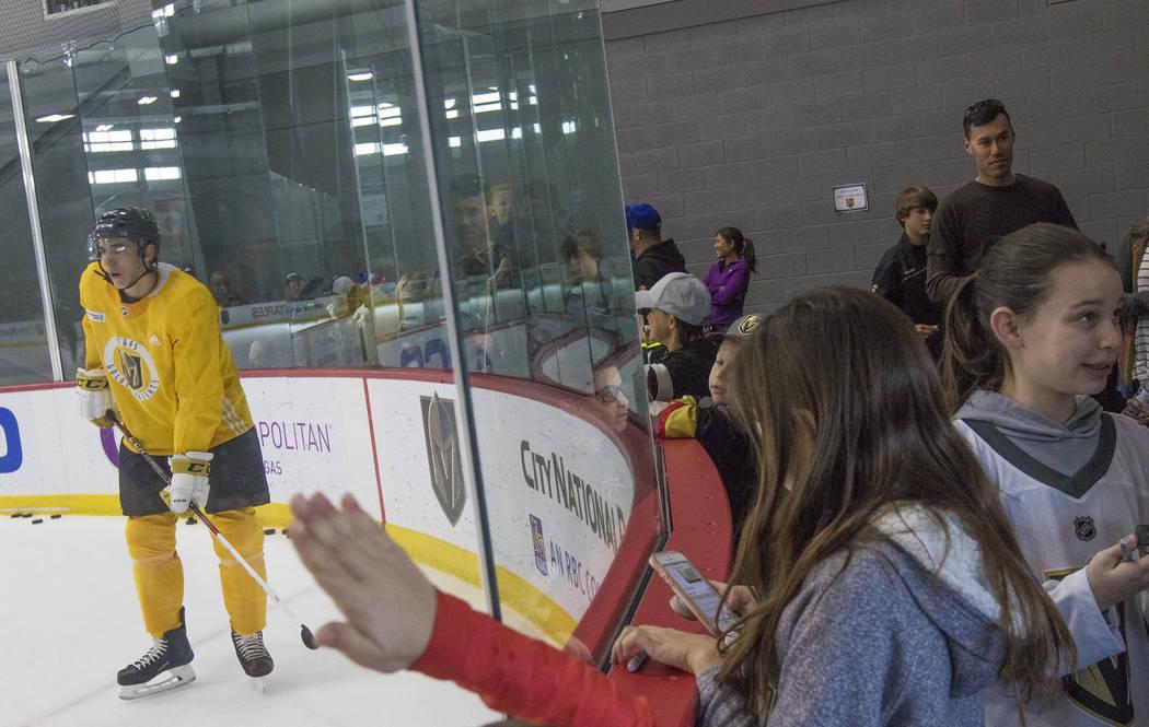 Los fanáticos ven a los Vegas Golden Knights practicar y comienzan a alinearse para los autógrafos de los jugadores en el City National Arena de Las Vegas, el lunes 15 de enero de 2018. Rachel A ...