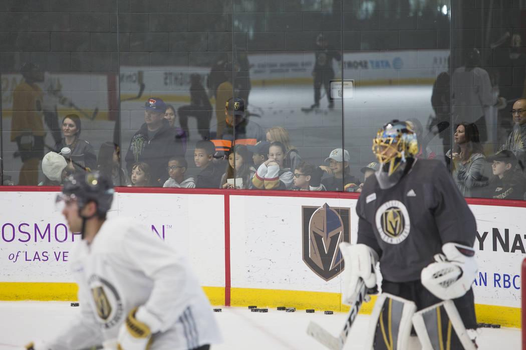 Los fanáticos ven la práctica de Vegas Golden Knights en el City National Arena en Las Vegas, el lunes 15 de enero de 2018. Rachel Aston Las Vegas Review-Journal @rookie__rae