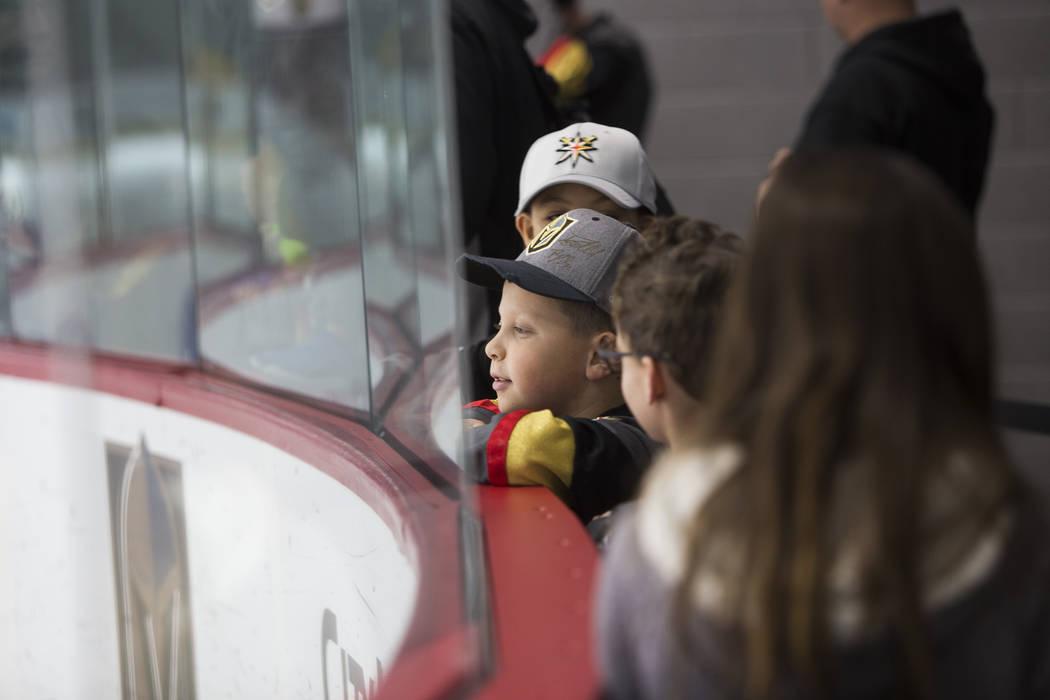 Justin Bartell, de 10 años, ve la práctica de Vegas Golden Knights en el City National Arena de Las Vegas, el lunes 15 de enero de 2018. Rachel Aston Las Vegas Review-Journal @rookie__rae