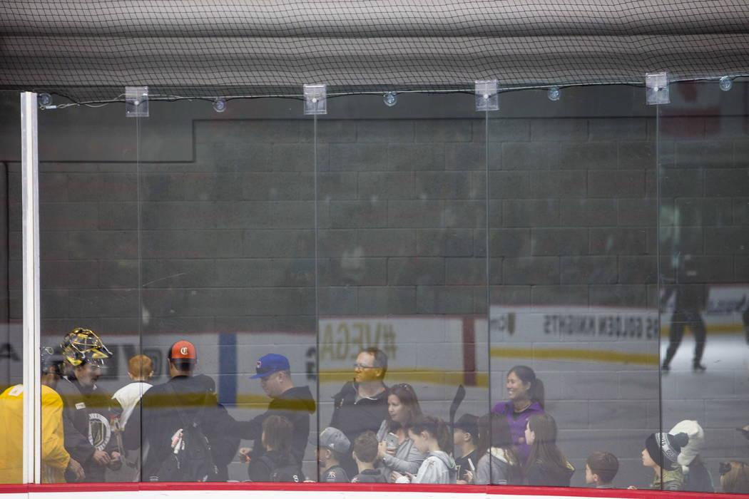 Los fanáticos hacen cola para conseguir autógrafos de la práctica de Vegas Golden Knights en el City National Arena de Las Vegas, el lunes 15 de enero de 2018. Rachel Aston Las Vegas Review-Jou ...