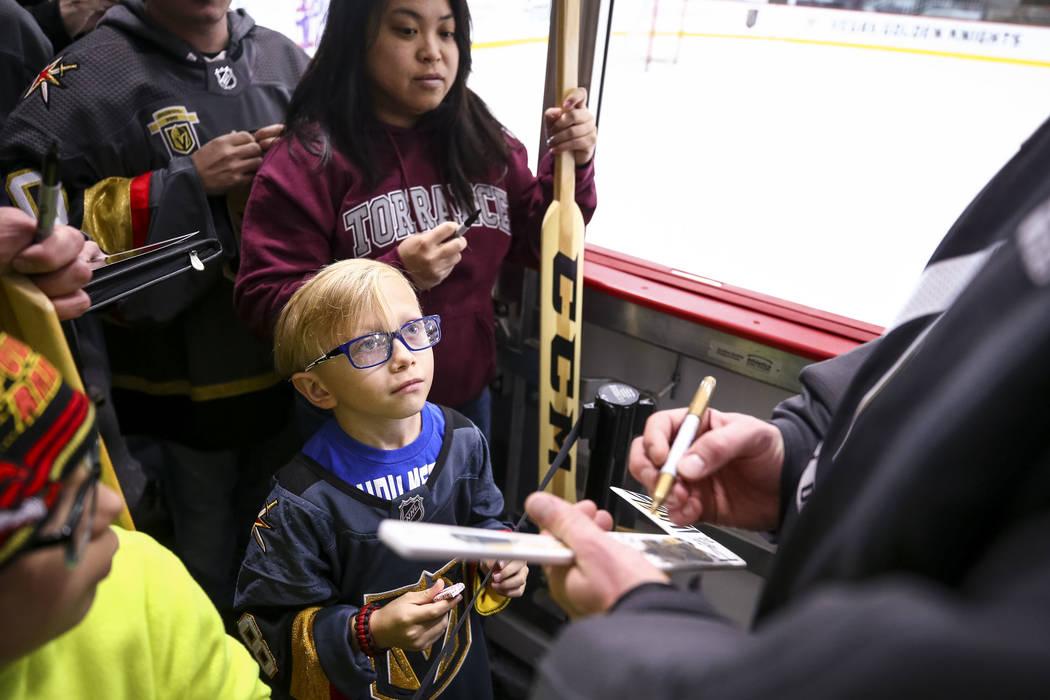 El residente de Las Vegas Gavin Trudell, de 8 años, observa al portero Marc-Andre Fleury de Golden Knights mientras consigue un autógrafo en su palo de hockey siguiendo la práctica del equipo N ...