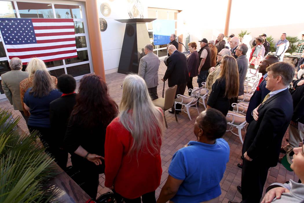 Veteranos y seguidores recitan el Juramento a la Bandera en Veterans Village 2 en el centro de Las Vegas el miércoles 24 de enero de 2018, antes de un discurso del candidato republicano a la gobe ...