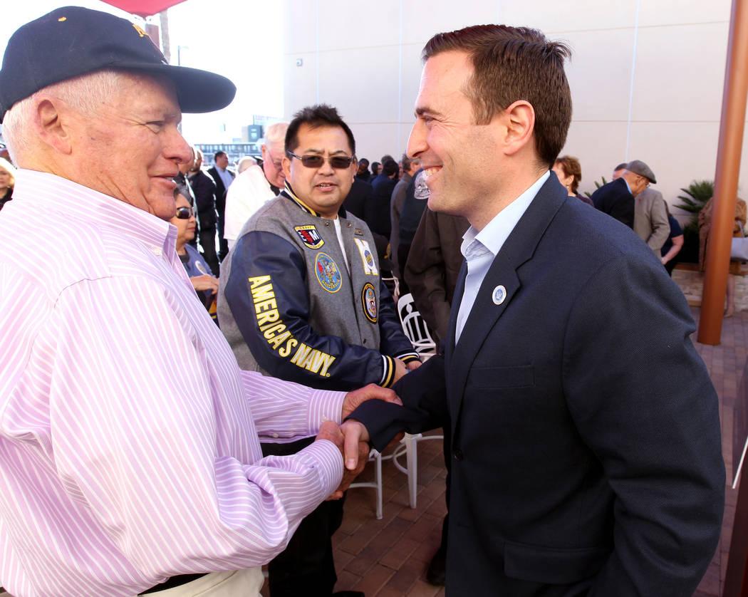 El candidato republicano a la gobernación, el fiscal general de Nevada, Adam Laxalt, saluda a Frank Myers luego de hablar en Veterans Village, en el centro de Las Vegas, el 24 de enero de 2018. ( ...