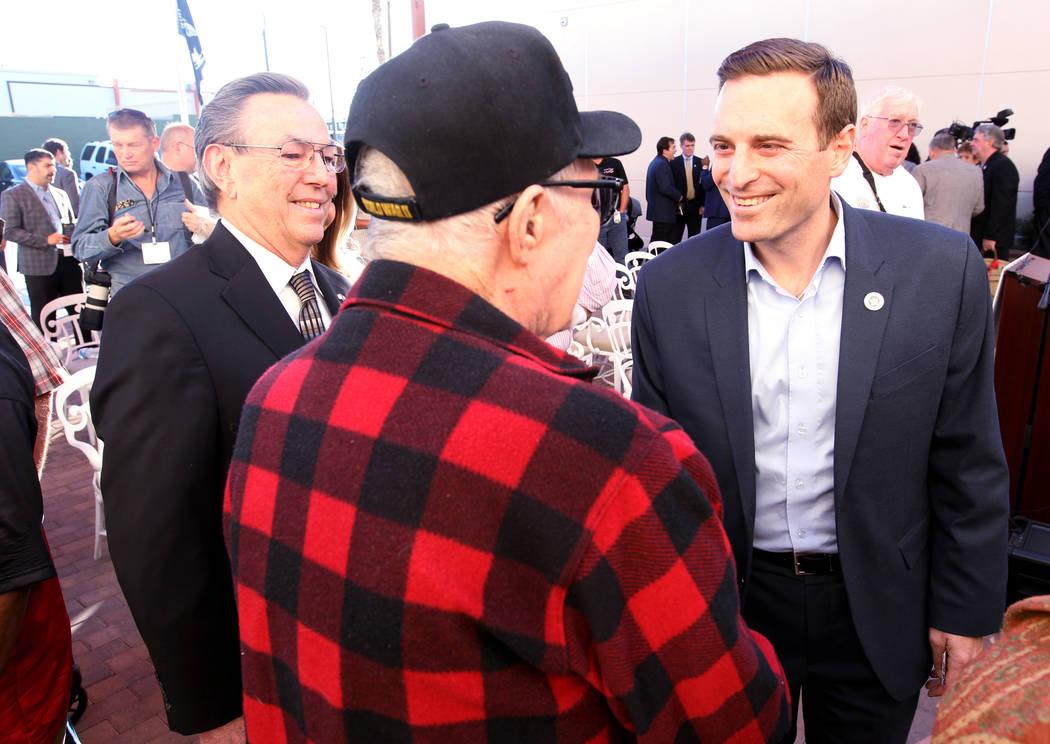 El candidato republicano a la gobernación, el Procurador General de Nevada Adán Laxalt, saluda al veterano de la Segunda Guerra Mundial Vernon Fulcher después de hablar en Veterans Village en e ...