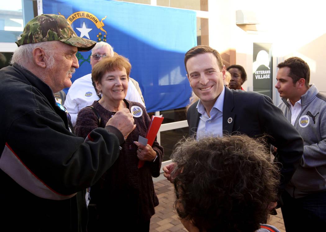 El candidato republicano a la gobernación, el Procurador General de Nevada Adán Laxalt, saluda a Glenn Noll, a la izquierda, y Barbara Rodgick después de hablar en Veterans Village, en el centr ...