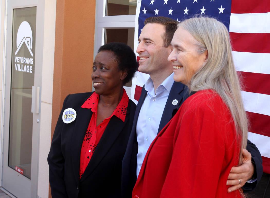 El candidato republicano a la gobernación, el Procurador General de Nevada Adam Laxalt, en el centro, posa con Sandra Scott, izquierda, y Dixie Thompson después de hablar en Veterans Village en  ...