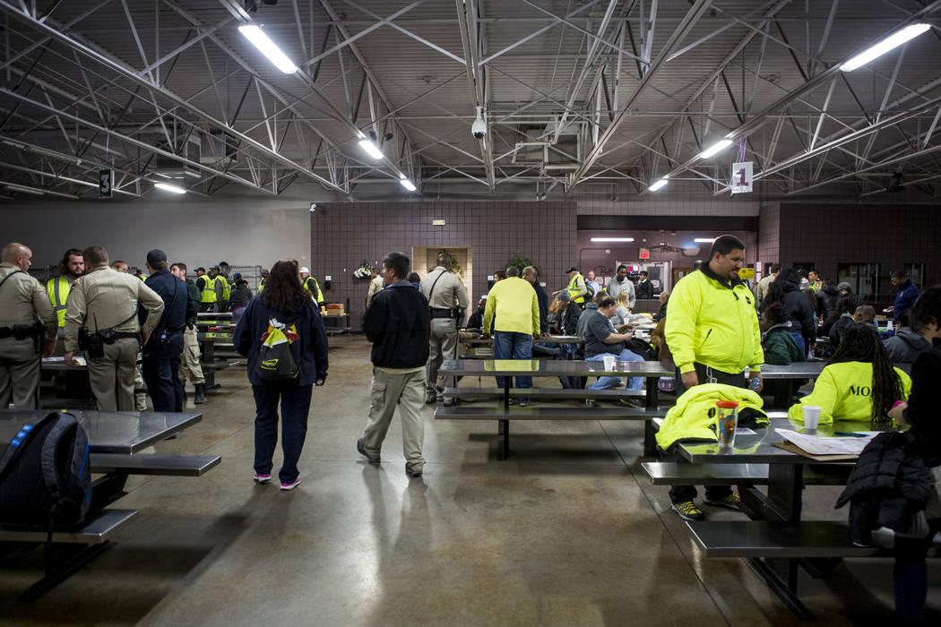 Voluntarios y policías de LVMPD se reúnen en Caridades Católicas del Sur de Nevada en Las Vegas para comenzar el censo anual de personas sin hogar del Condado de Clark el miércoles, 24 de ener ...
