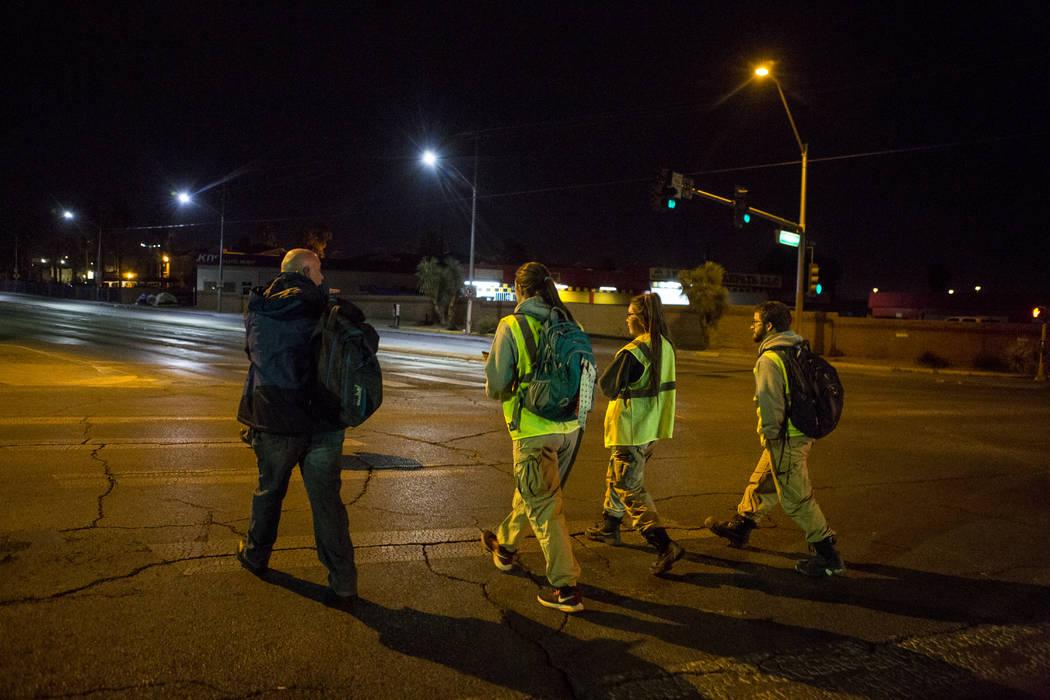 Voluntarios para el censo anual de personas sin hogar del condado de Clark cruzan Main Street en North Las Vegas el miércoles, 24 de enero de 2018. Patrick Connolly Las Vegas Review-Journal @PConnPie