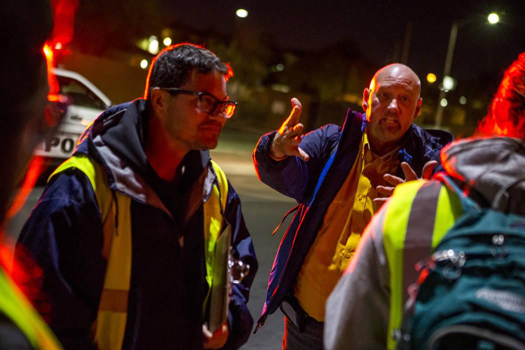 Phillip Hollon, director de servicios sociales de The Salvation Army, dirige a su grupo de voluntarios para el censo anual de personas sin hogar del Condado de Clark en Las Vegas el miércoles 24  ...