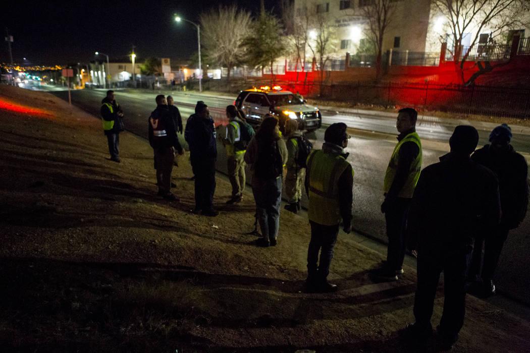 Los voluntarios del censo anual de indigentes del condado de Clark se detienen para reagruparse en West Owens Avenue en North Las Vegas el miércoles 24 de enero de 2018. Patrick Connolly Las Vega ...