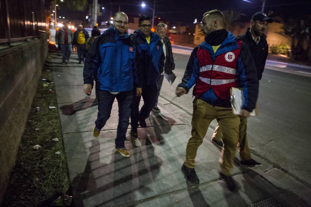 Dean Roberts, supervisor principal del campus del Ejército de Salvación, segundo desde la derecha, conversa con otros voluntarios mientras camina por West Owens Avenue en North Las Vegas durante ...