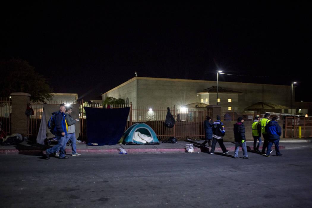 Voluntarios para el censo anual de personas sin hogar del condado de Clark caminan más allá de un campamento en Foremaster Lane en North Las Vegas el miércoles 24 de enero de 2018. Patrick Conn ...