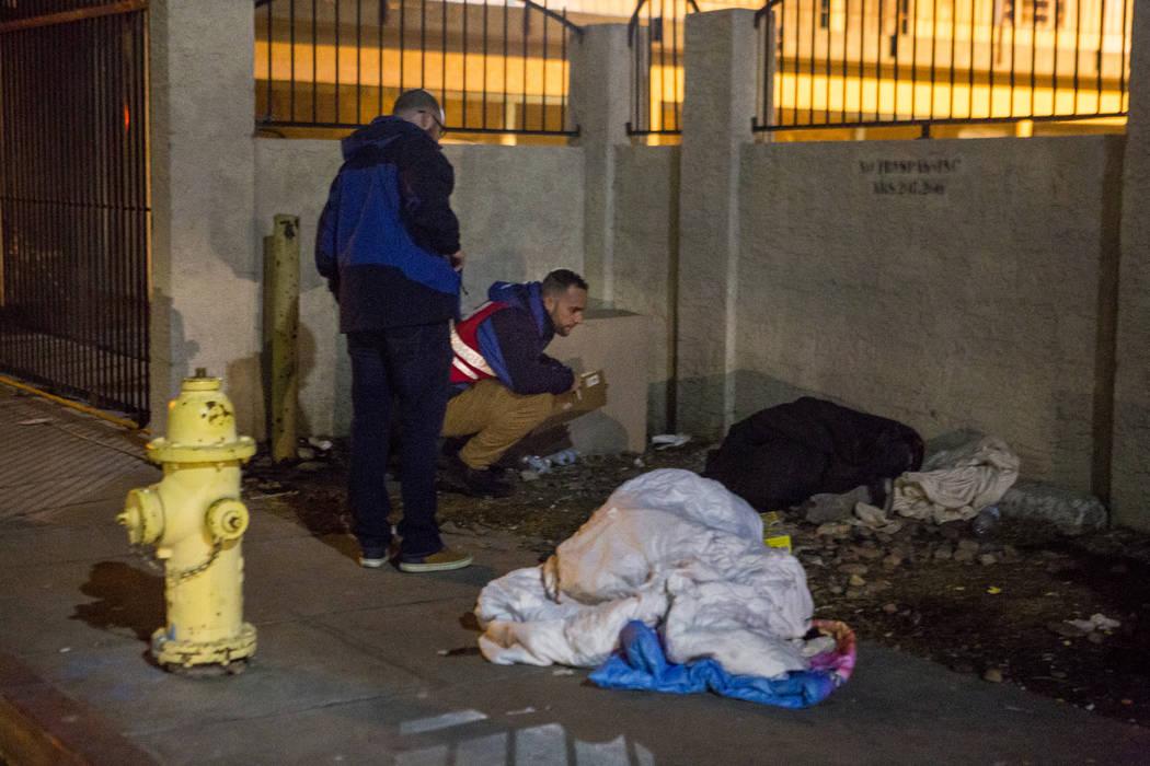 Dean Roberts, monitor principal del campus del Ejército de Salvación, cuenta a personas sin hogar durante el censo anual de personas sin hogar del condado de Clark, mientras Ryan McDonald, coord ...
