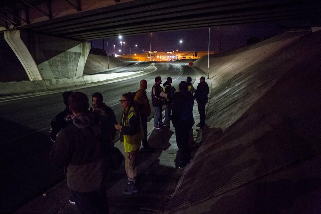 Voluntarios para el censo sin hogar anual del Condado de Clark se reagrupan debajo de un paso subterráneo en West Washington Avenue en Las Vegas el miércoles 24 de enero de 2018. Patrick Connoll ...
