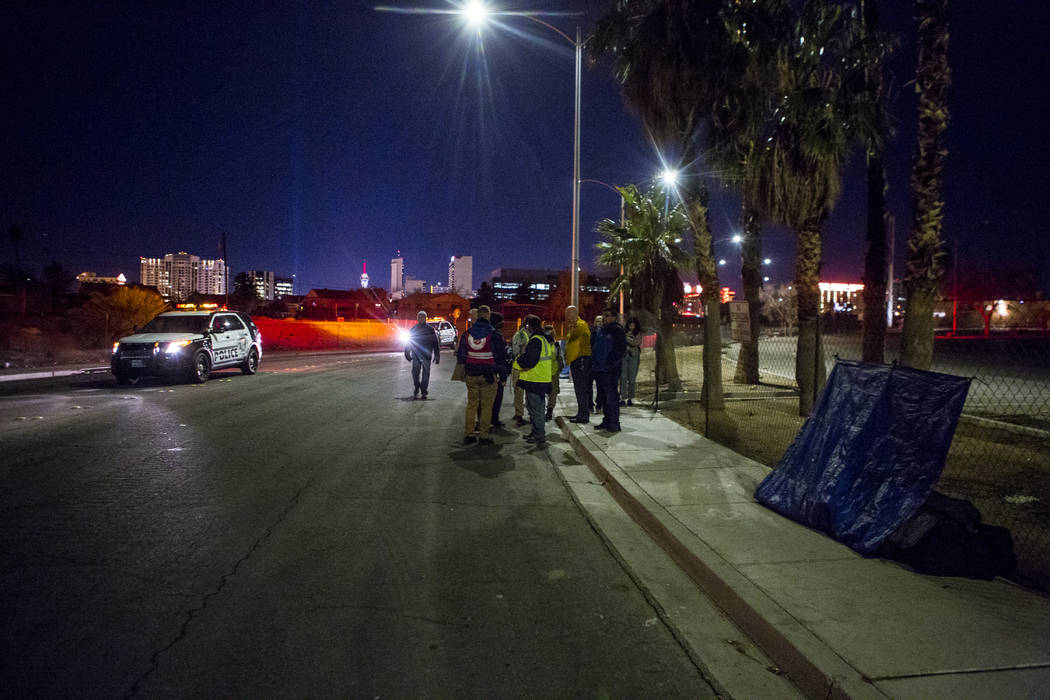 Voluntarios para el censo sin hogar anual del Condado de Clark se reagrupan en Veterans Memorial Drive en Las Vegas durante el censo anual de personas sin hogar del Condado de Clark a primera hora ...