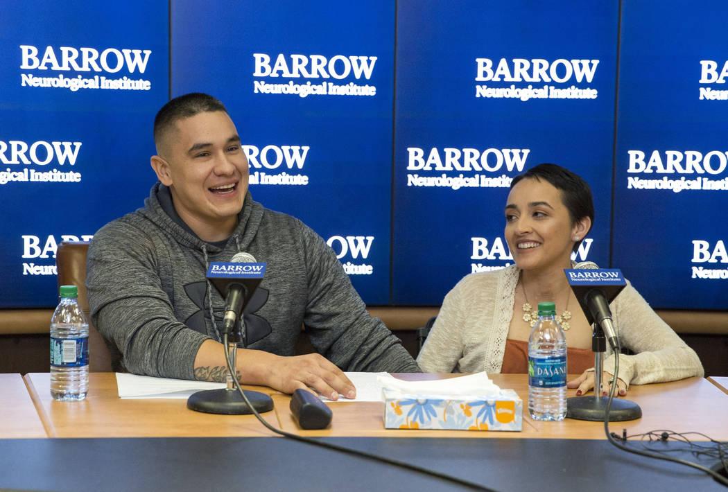 Los sobrevivientes del festival Ruta 91 Jovanna Calzadillas y su esposo, Frank Calzadillas, del Valle de San Tan, Arizona, durante una conferencia de prensa en el Instituto Neurológico Barrow en  ...
