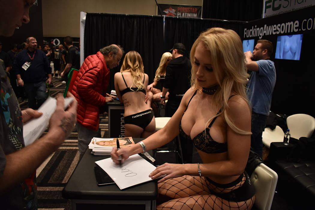 Las actrices de la industria del entretenimiento para adultos firmaron autógrafos a sus seguidores. 25 de enero del 2018 en casino Hard Rock. Foto Anthony Avellaneda / El Tiempo.